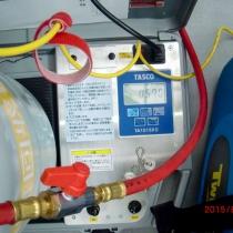 分解点検修理のため冷媒ガス回収。規定量より回収量が少ないためガス漏れを起こしていることは確実。